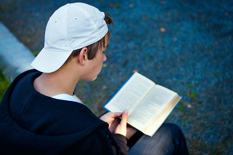 5-facons-dencourager-votre-adolescent-a-lire