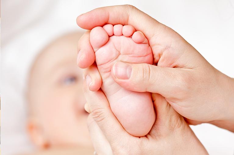 comment-la-reflexologie-des-pieds-peut-aider-a-soulager-votre-bebe-malade