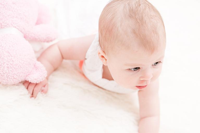 eveil-mettez-votre-bebe-sur-le-ventre-voici-ces-bienfaits